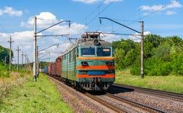 拖拉货物火车的电力机车 库存照片