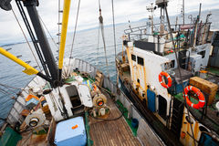 拖曳一艘捕鱼船的紧急状态其他小渔船 免版税库存图片