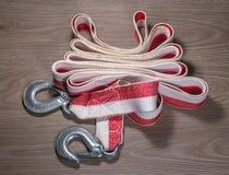 拖曳一辆汽车的绳索在木背景 免版税图库摄影