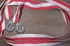 拖曳一辆汽车的绳索在木背景 库存照片