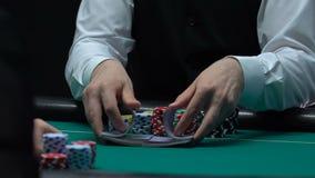 拖曳纸牌,赌博娱乐场事务,慢动作的纯熟啤牌经销商 股票视频