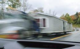拖曳活动房屋的卡车 免版税库存图片