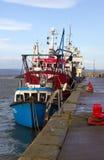 拖网渔船在一个港口停泊了在采取风雨棚的爱尔兰在一场风暴期间在爱尔兰海 库存照片