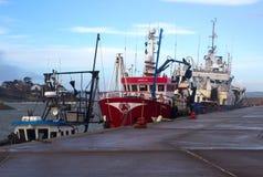 拖网渔船在一个港口停泊了在采取风雨棚的爱尔兰在一场风暴期间在爱尔兰海 库存图片