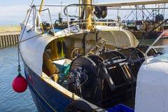 拖网渔船在小港口在Portavogie阿兹半岛村庄在唐郡,北爱尔兰 免版税库存图片