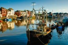 拖网渔船在港口 免版税库存照片
