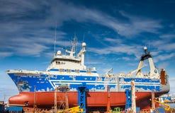 拖网渔船在船坞在雷克雅未克。 免版税库存图片
