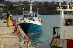 拖网渔船在Kinsale港口靠了码头在爱尔兰的南海岸的科克郡 图库摄影