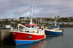 拖网渔船在Kinsale港口靠了码头在爱尔兰的南海岸的科克郡 免版税库存照片