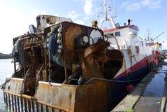 拖网渔船渔船在钓鱼海港靠了码头 库存图片