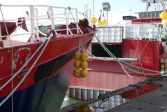 拖网渔船渔船在钓鱼海港靠了码头 免版税库存图片
