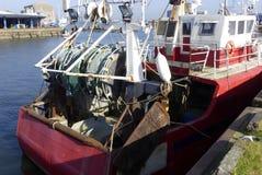 拖网渔船缆绳在钢由盐水的渔船和腐蚀的船尾的经线滑轮特写镜头有铁锈的 库存照片