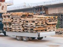 拖车卡车油炸马铃薯片杉木板台用于做家具 图库摄影