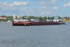 拖轮与驳船工作的` Rechnoy-76 `作为在城市轮渡的一条轮渡横跨伏尔加河 库存照片