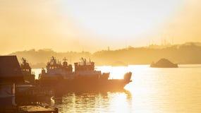 拖轮交通美丽的景色拉扯煤炭的驳船在马哈坎河,沙马林达,印度尼西亚在黎明 免版税库存照片