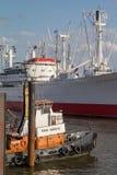 拖轮和一只货船在汉堡港  库存照片