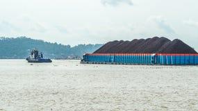 拖轮和冻胀被装载的驳船 免版税图库摄影