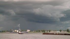 拖轮和石渣驳船4K UHD 股票录像