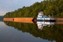拖轮和驳船在战士河 免版税图库摄影