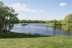拖轮和驳船在河 免版税图库摄影