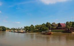拖轮和驳船运载沿Chaophraya河的沙子 免版税库存图片