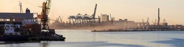 拖轮在口岸的码头 免版税图库摄影