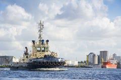 拖轮在口岸的Svitzer Muiden航行 免版税库存照片