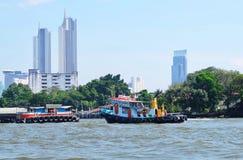 拖轮在昭拍耶河曼谷,泰国 免版税库存照片