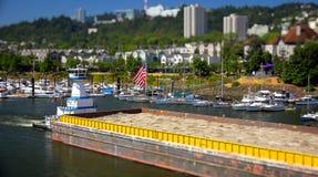 拖轮在波特兰推挤在威拉米特河下的一艘驳船或者 库存图片
