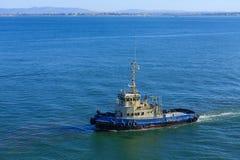 拖轮在离葡萄牙海岸的附近 免版税库存照片