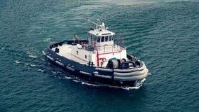 拖轮在Lahaina,毛伊附近的夏威夷港口 免版税图库摄影