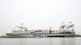 拖轮点巩固驳船船的费尔明在Matson MAHIMAHI旁边 免版税库存图片
