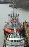 拖轮等待推挤在河的一艘驳船 免版税图库摄影