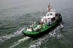 拖轮航行在海 做回旋的拖轮 免版税库存图片
