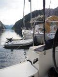 拖钓的海湾的看法在挪威 蓝色航行海运游艇 挪威海湾 图库摄影