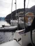 拖钓的海湾的看法在挪威 蓝色航行海运游艇 挪威海湾 库存图片