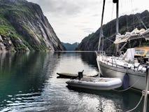 拖钓的海湾的看法在挪威 蓝色航行海运游艇 免版税库存照片