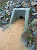 拘留池塘出口管子 库存图片