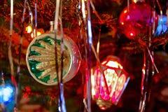拙劣的文学作品70s样式装饰了圣诞树 免版税库存图片