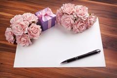 招呼与玫瑰和礼物的空插件 免版税库存照片