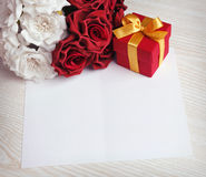 招呼与花和礼物的空插件 免版税库存照片