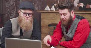 招呼两个的人在葡萄酒样式咖啡馆他们的一网上视频通话的同事 股票录像