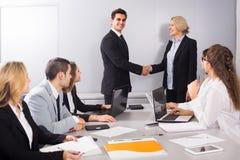招呼办公室的负责人新的商务伙伴 免版税库存照片