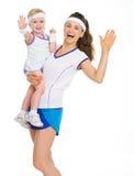 招呼微笑的母亲和的婴孩网球衣裳的 免版税图库摄影