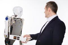 招呼激动的坚定的科学家机器人 免版税库存照片
