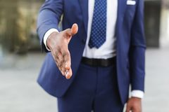 招呼的商人延伸的手 企业合作会议概念 库存照片