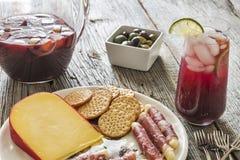 招待与刷新红色桑格里酒和党开胃小菜 库存图片