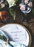 招待会的典雅的餐馆表设置服务有Rese的 库存图片