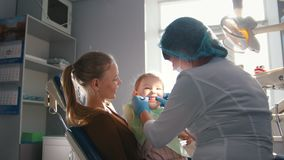 招待会的女孩牙医的, stomatologist审查儿童` s牙,淘气女孩微笑 股票录像