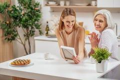 招待在厨房里的友好的家庭 免版税库存照片